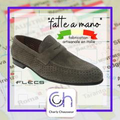 Aujourd'hui, on démarre la semaine avec un petit cour d'italien chez Charly 😅  Oui, ici nos paires de chaussures sont majoritairement fabriquées artisanalement, à la main. C'est le gage de qualité, Charly Chausseur.  https://www.charlychaussures.com/  #Monsieur #chic #italy #faitmain #flécs